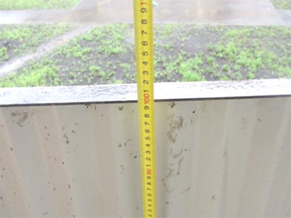 Высота балконного ограждения менее 120 см. Отсутствуют поручни.